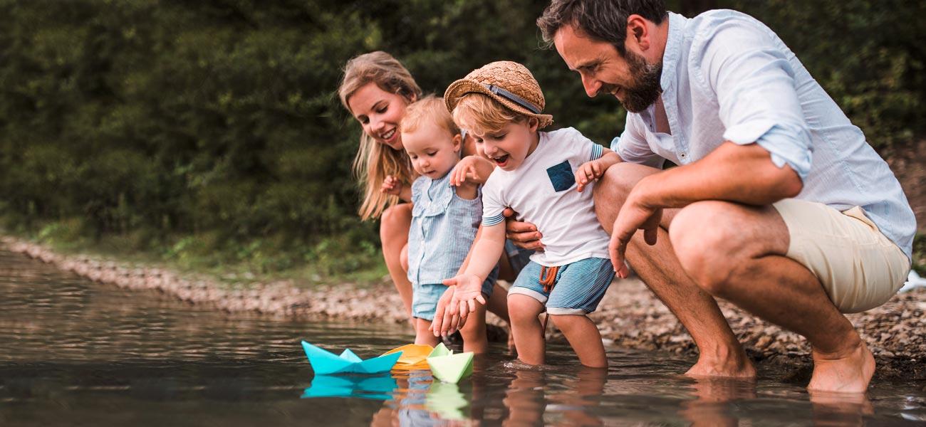 glückliche Familie am See